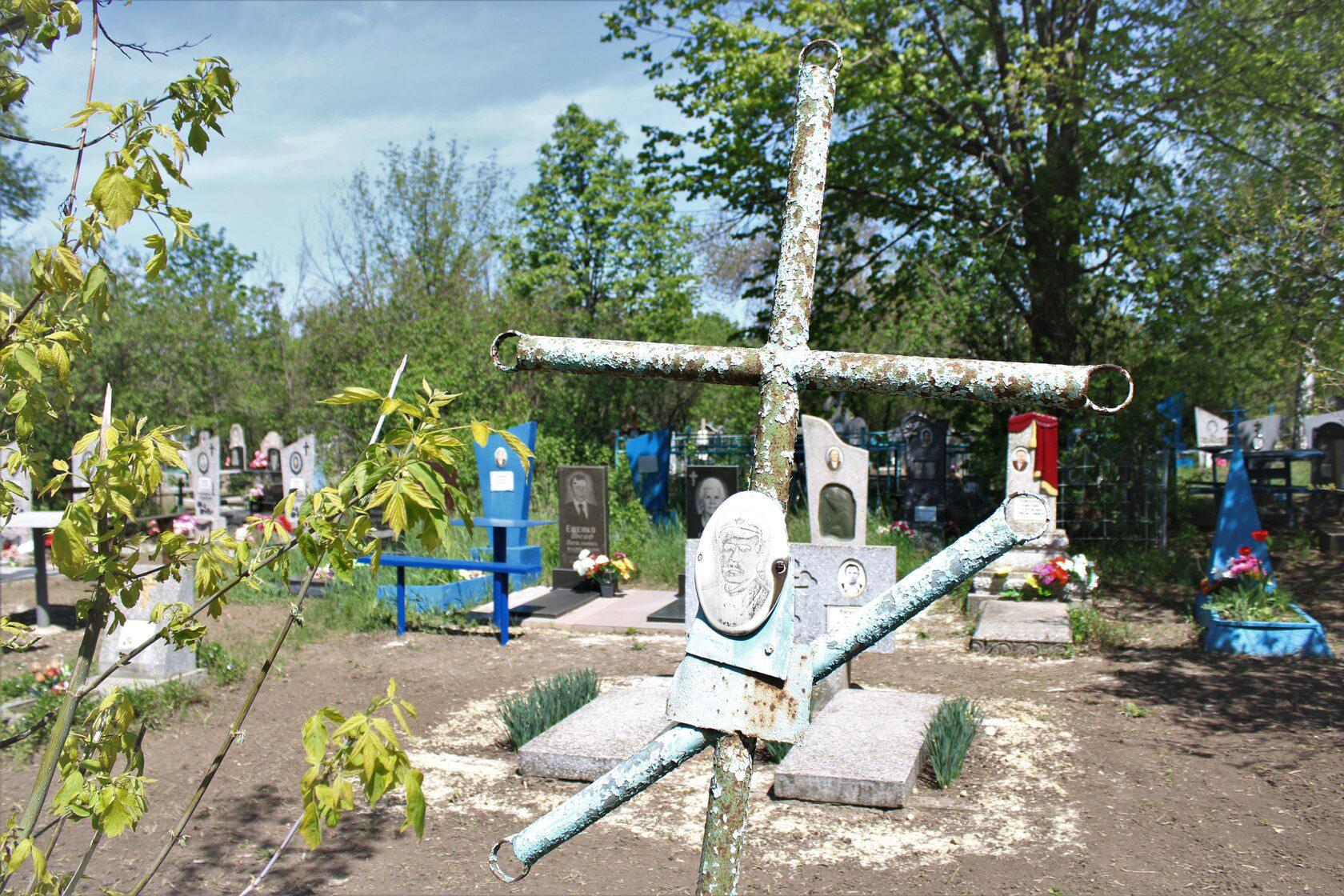 Під Волновахою вміймали чоловіка, який крав металеві конструкції на кладовищі