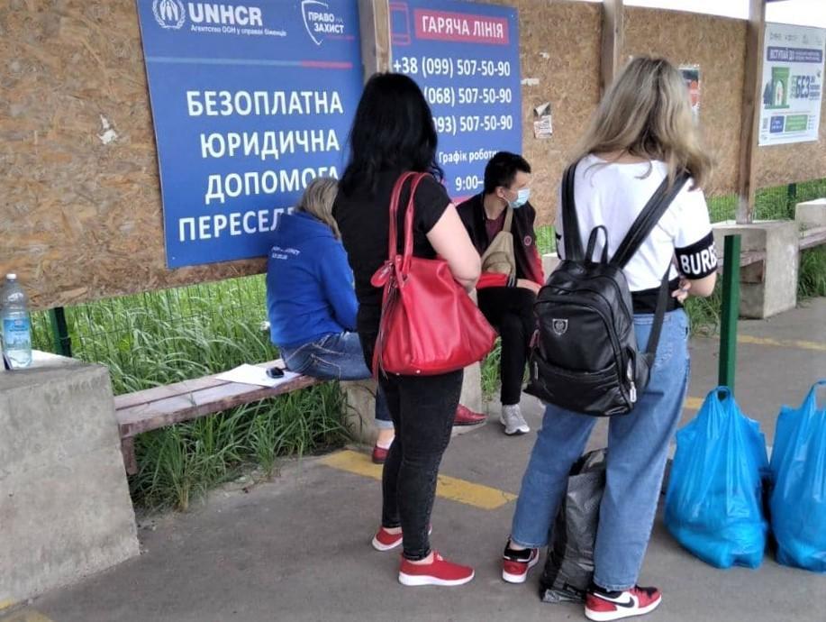 люди на КПВВ Станица Луганская