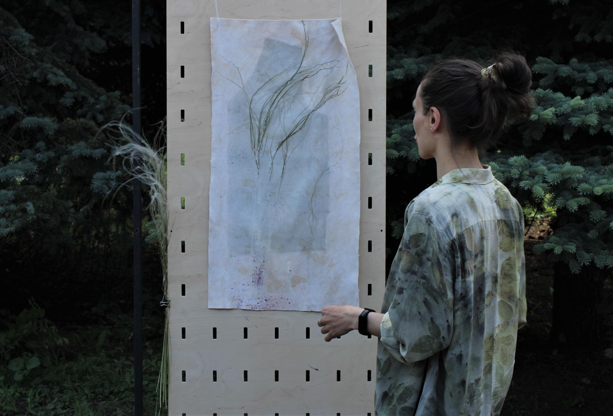 Богдана Войтенко с окрашенной травами тканью ковыль