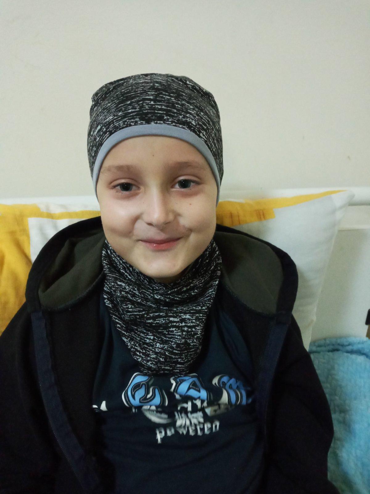 онкобольной ребенок Назар Черняев из Соледара улыбается