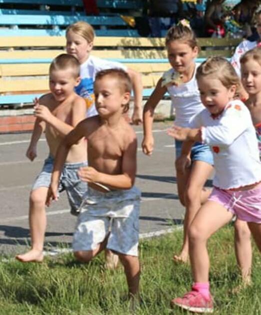 дети бегут по стадиону на соревнованиях в Соледаре