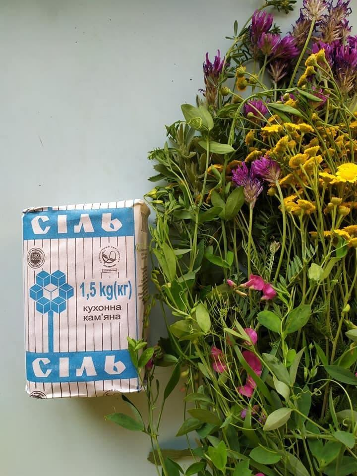 букет степових квітів та пачка солі
