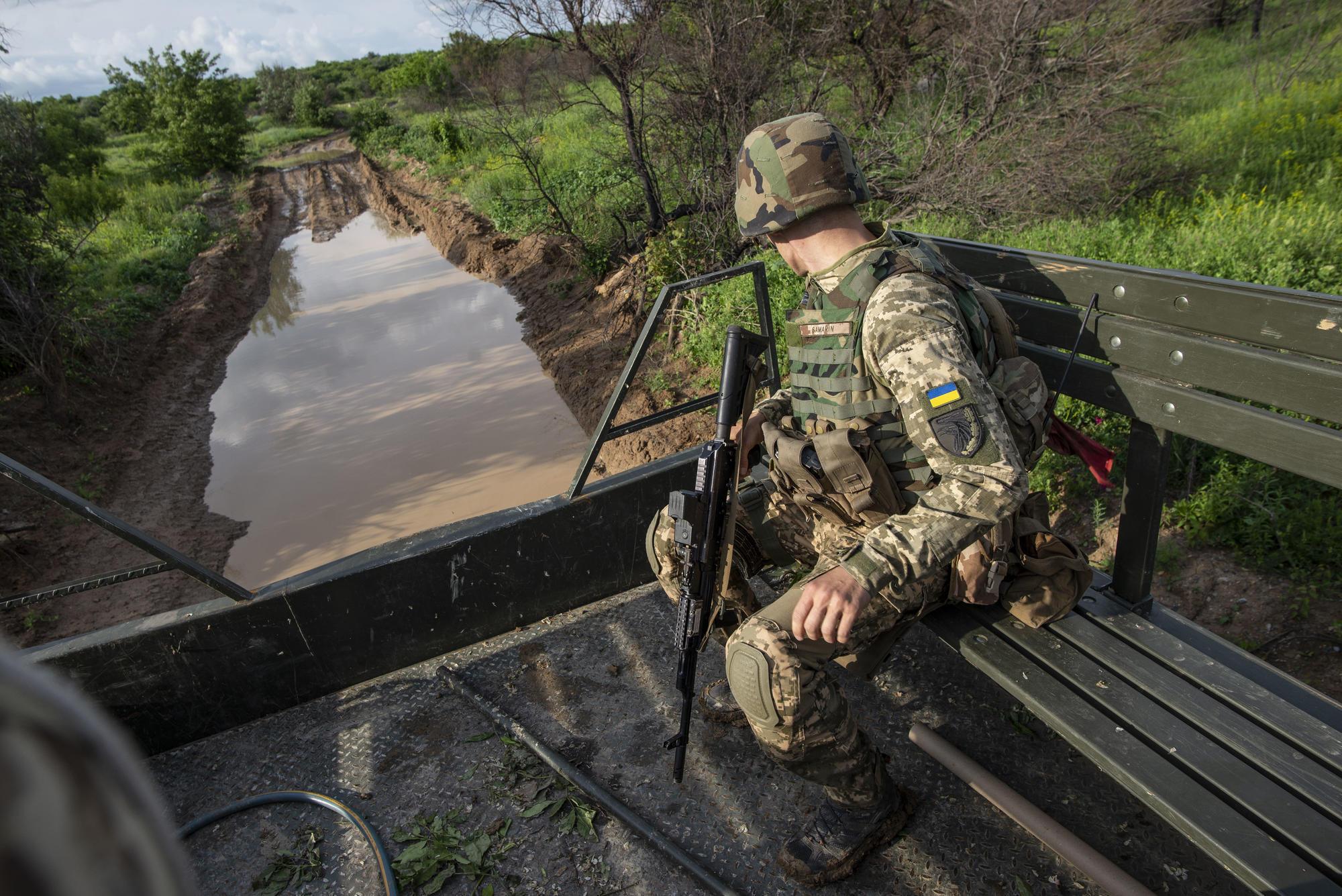 """Сезон дощів на """"передку"""": чи є в окопах вода та як військові ЗСУ боряться зі зливами (ФОТО)"""