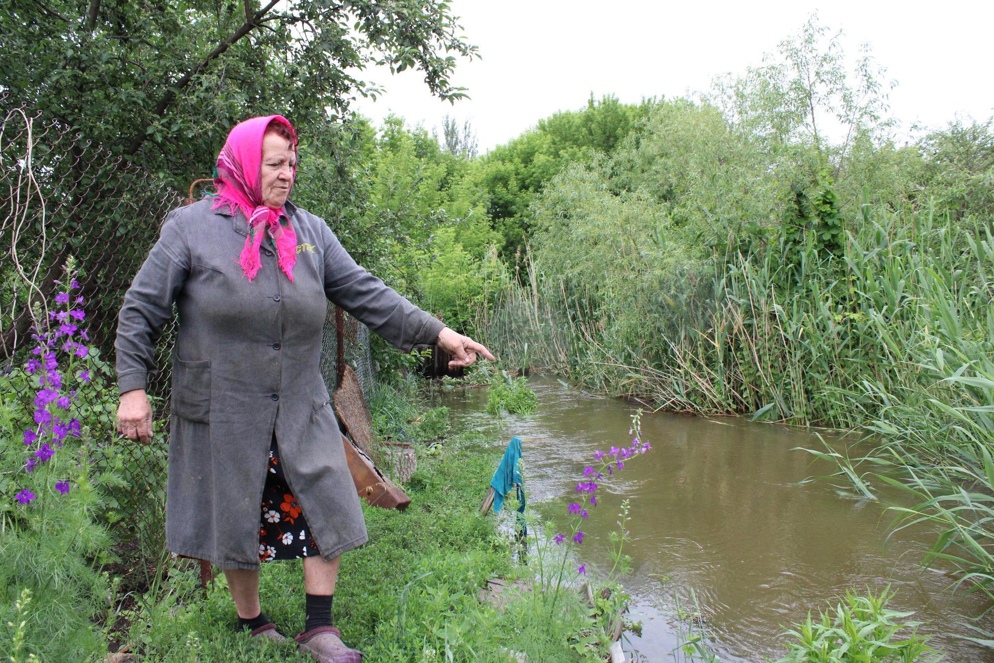 жительница Бахмута возле реки
