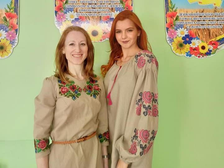 Ученица Светлодарской ООШ Мария Тетерук и учительница украинского языка Светлана Титарец