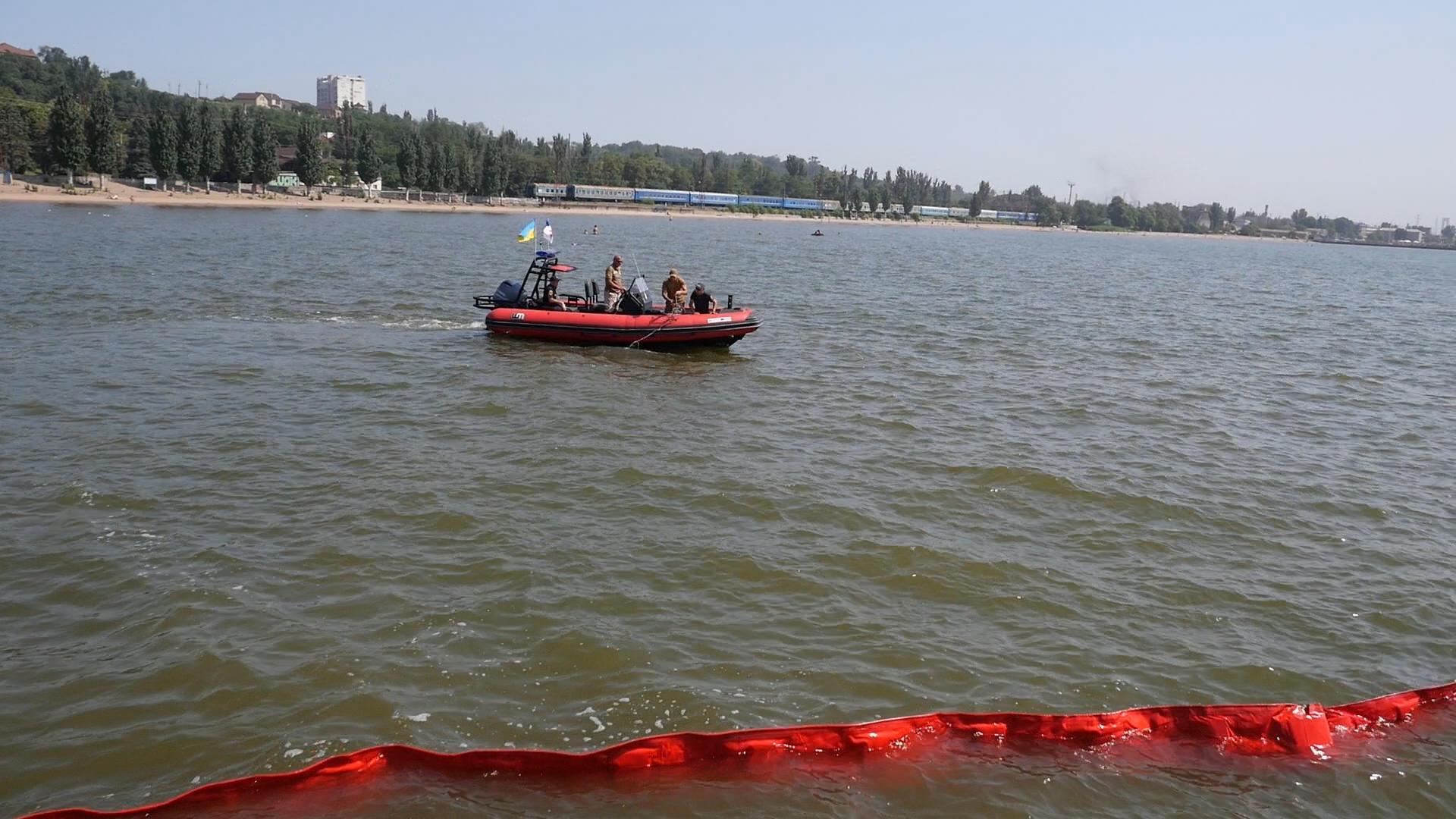 Спасатели установили в Азовском море боновое ограждение, чтобы локализовать распространение токсической краски