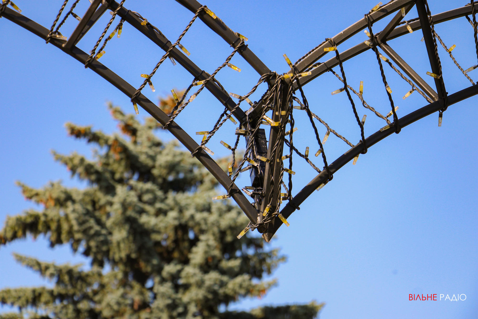 В Бахмуті встановили шість нових арок у формі серця
