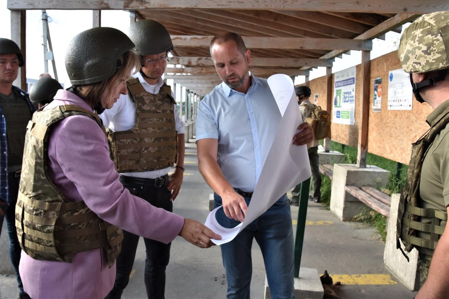 Петер Сийярто на КПВВ Станица Луганская на Луганщине