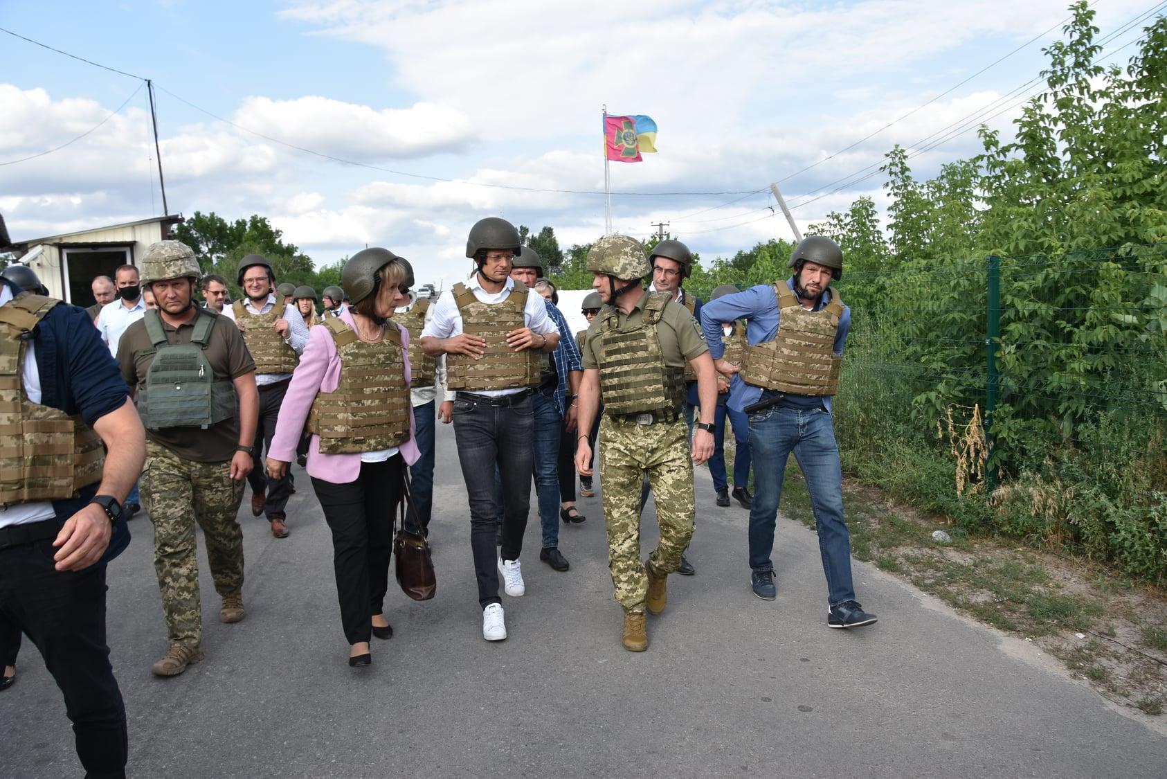 українсько-угорська делегація на КПВВ Станиця Луганська