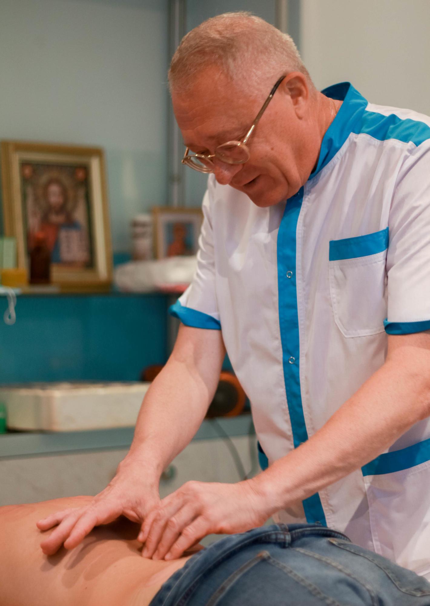Лікування руками: що таке мануальна терапія, які хвороби можна вилікувати та чи боляче це