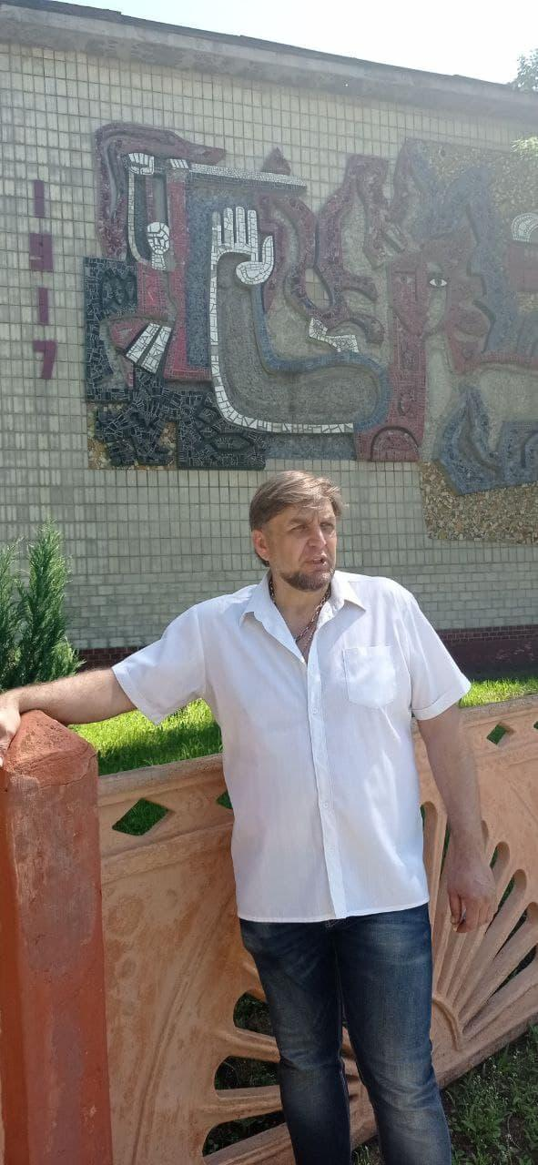 Володимир Єлець біля фенольного заводу у Нью-Йорку