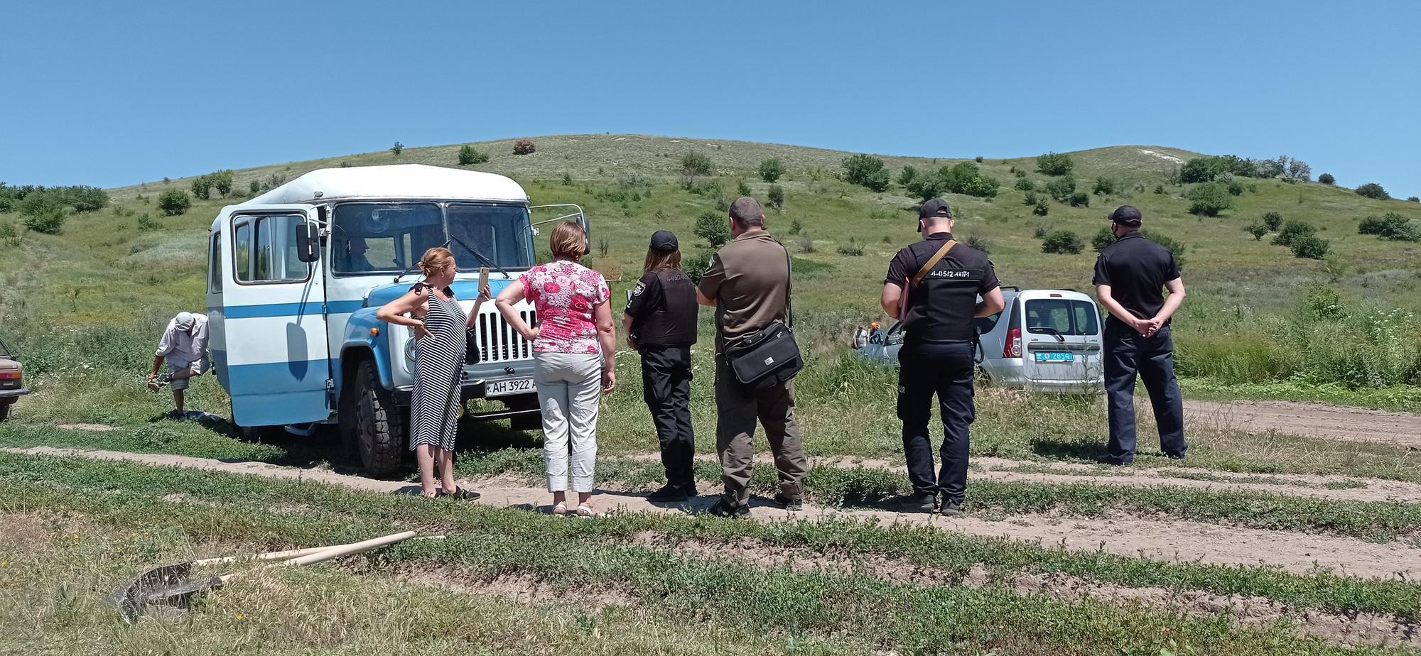 полиция Бахмута возле поврежденного памятника природы в Ивановском