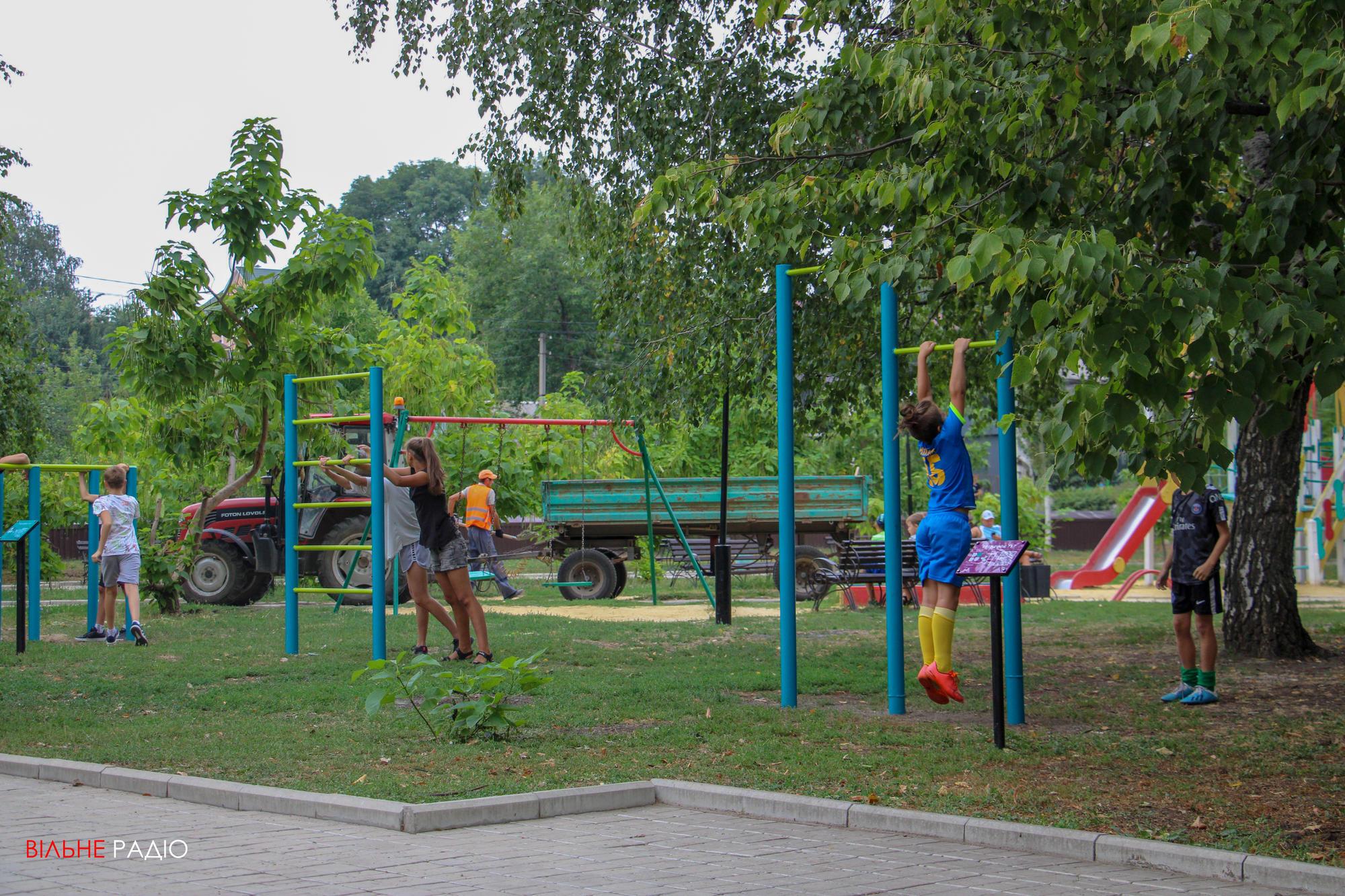 """У Бахмуті, Дружківці та Костянтинівці відкрили """"Активні парки"""", де люди безкоштовно можуть займатися спортом"""