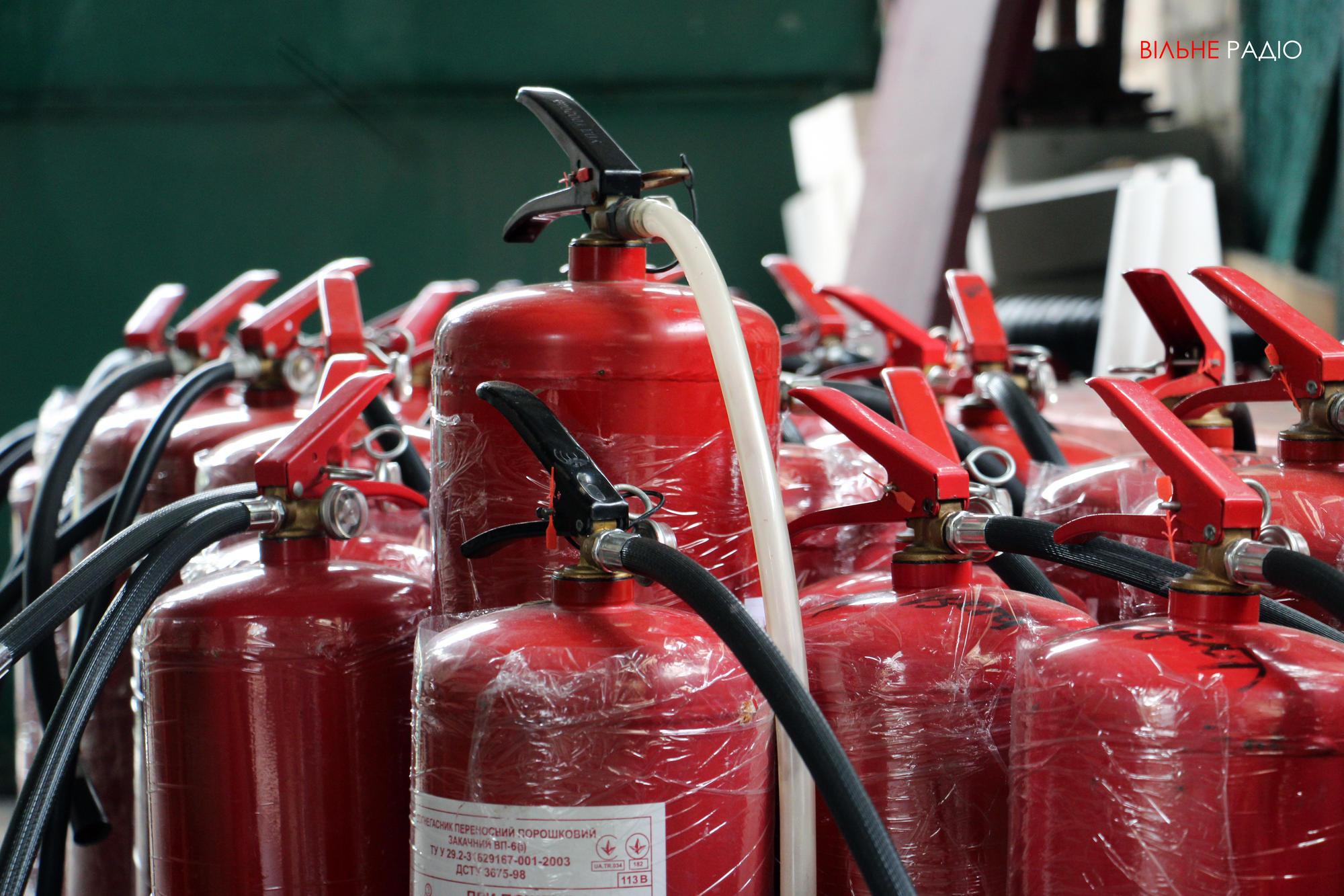 Мешканці прифронтової Жованки Донецької області отримали вогнегасники від благодійників