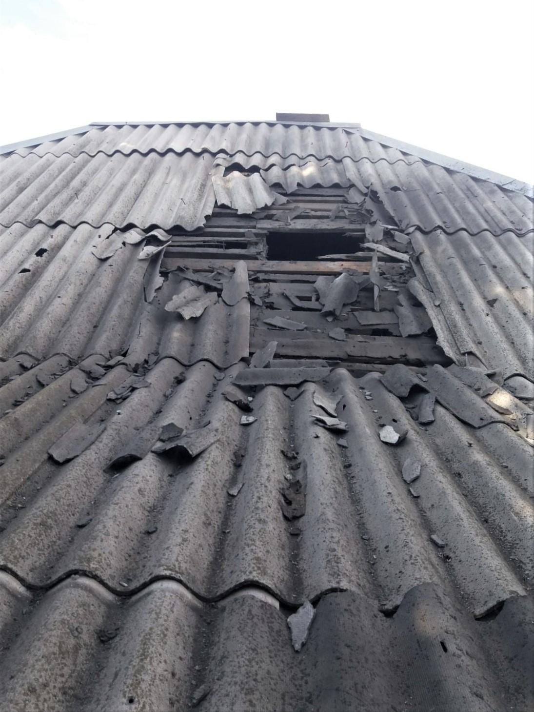 пошкоджений дах будинку влучання у будинок ООС обстріл на Донбасі