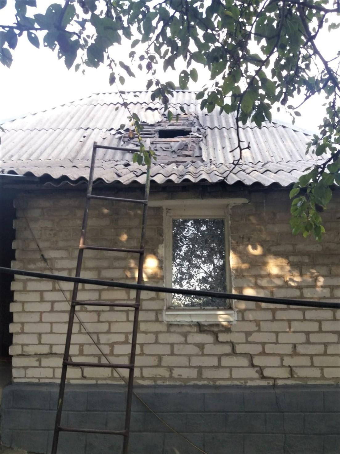 поврежденный вследствие обстрела дом в Золотом на Луганщине