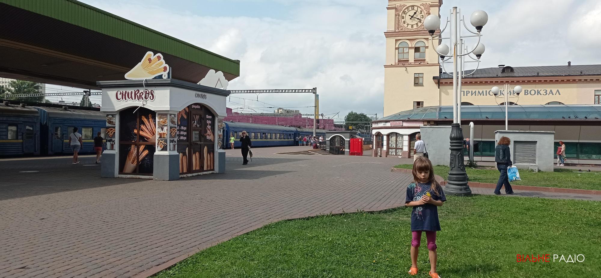 дитина біля потягу на Київському вокзалі