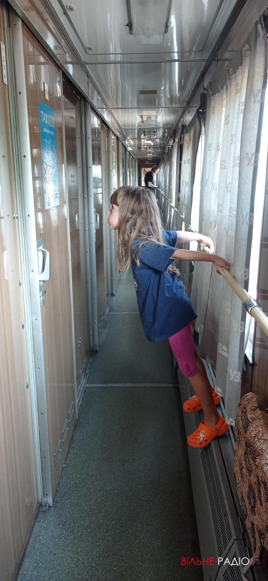 дитина в потязі