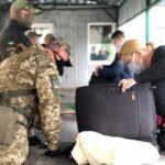 """На """"Станиці Луганській"""" за день 10 людей не пропустили через проблеми з перепусткою"""