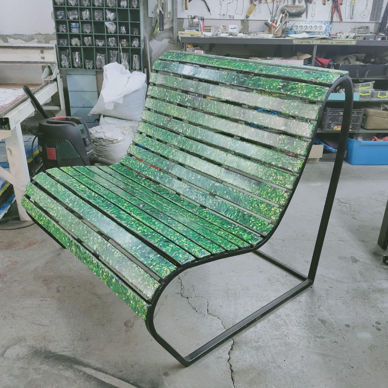 В Соледаре установили скамейку из переработанных бутылочных крышечек
