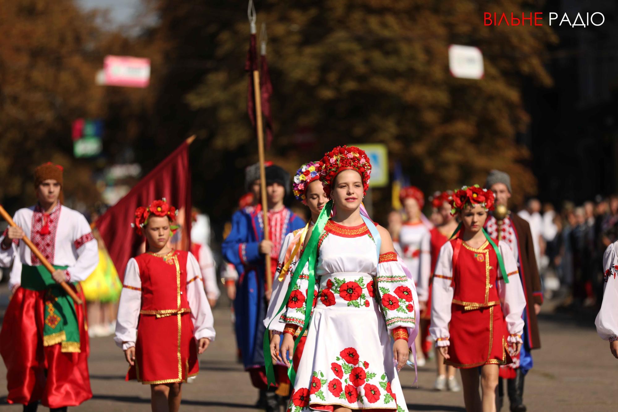 украинки в национальных костюмах день города в Бахмуте