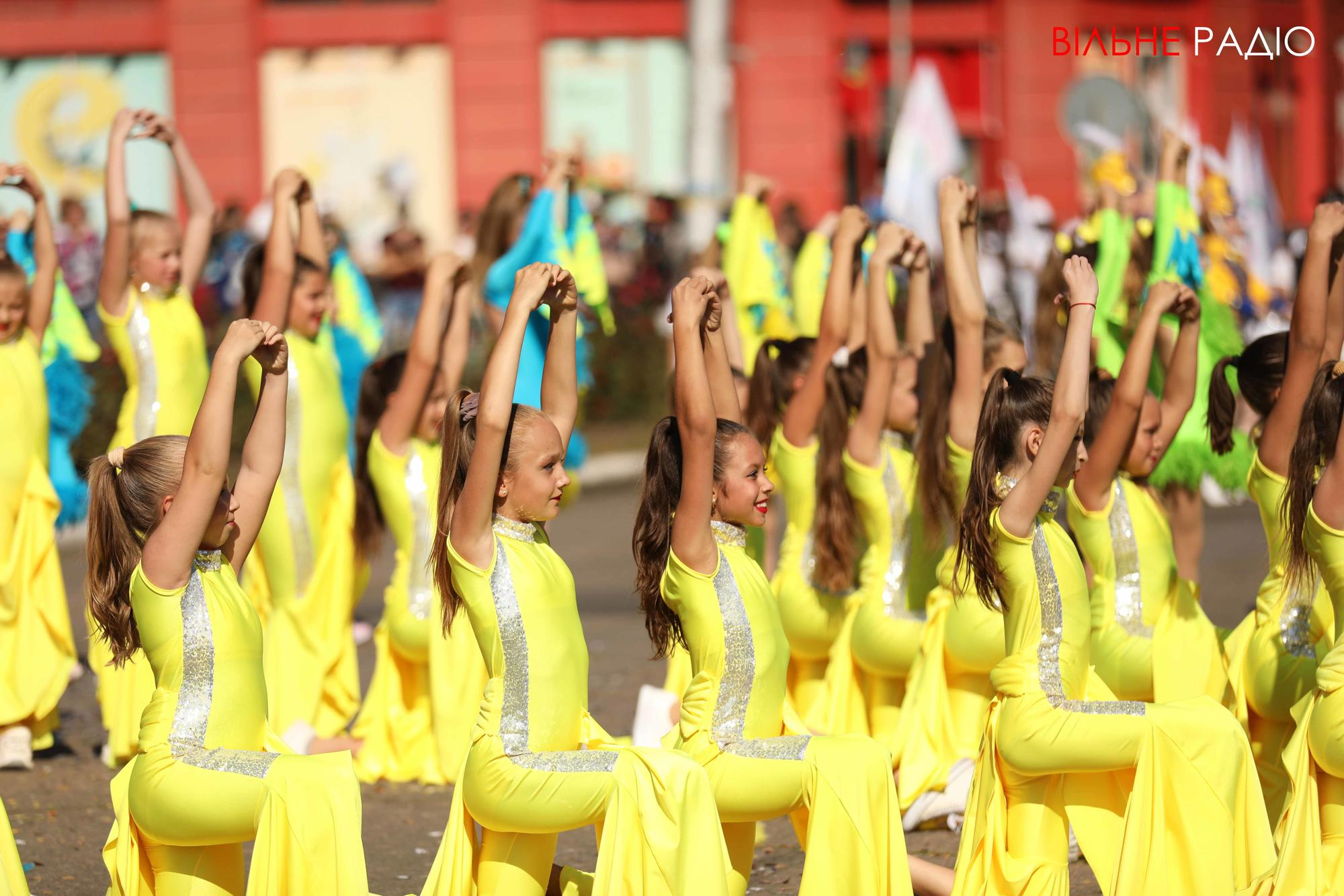 дети танцуют на юбилее города в Бахмуте