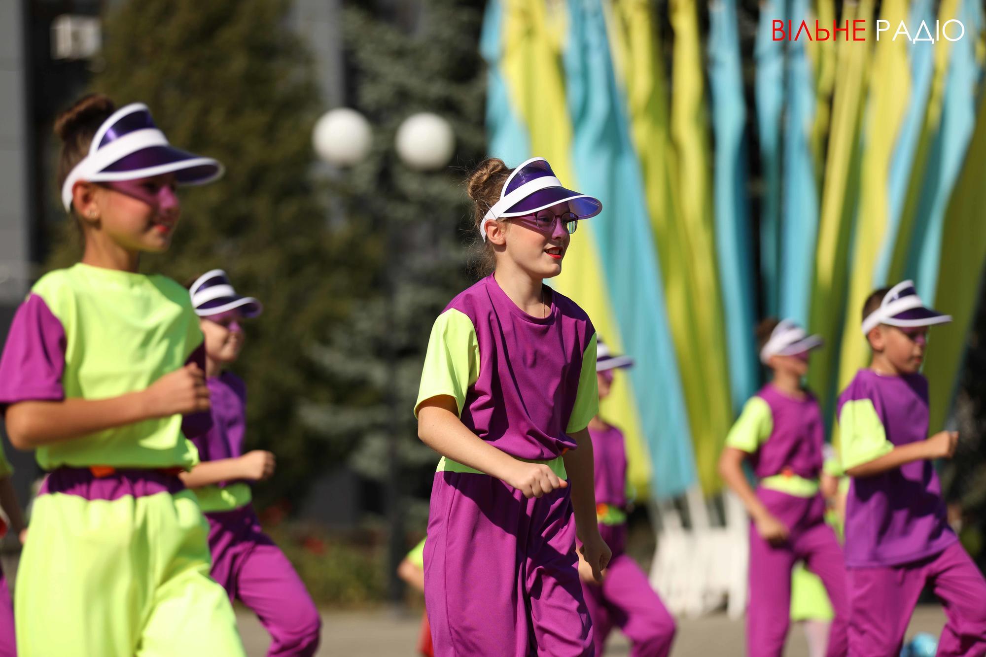 дети в костюмах танцуют на день города в Бахмуте