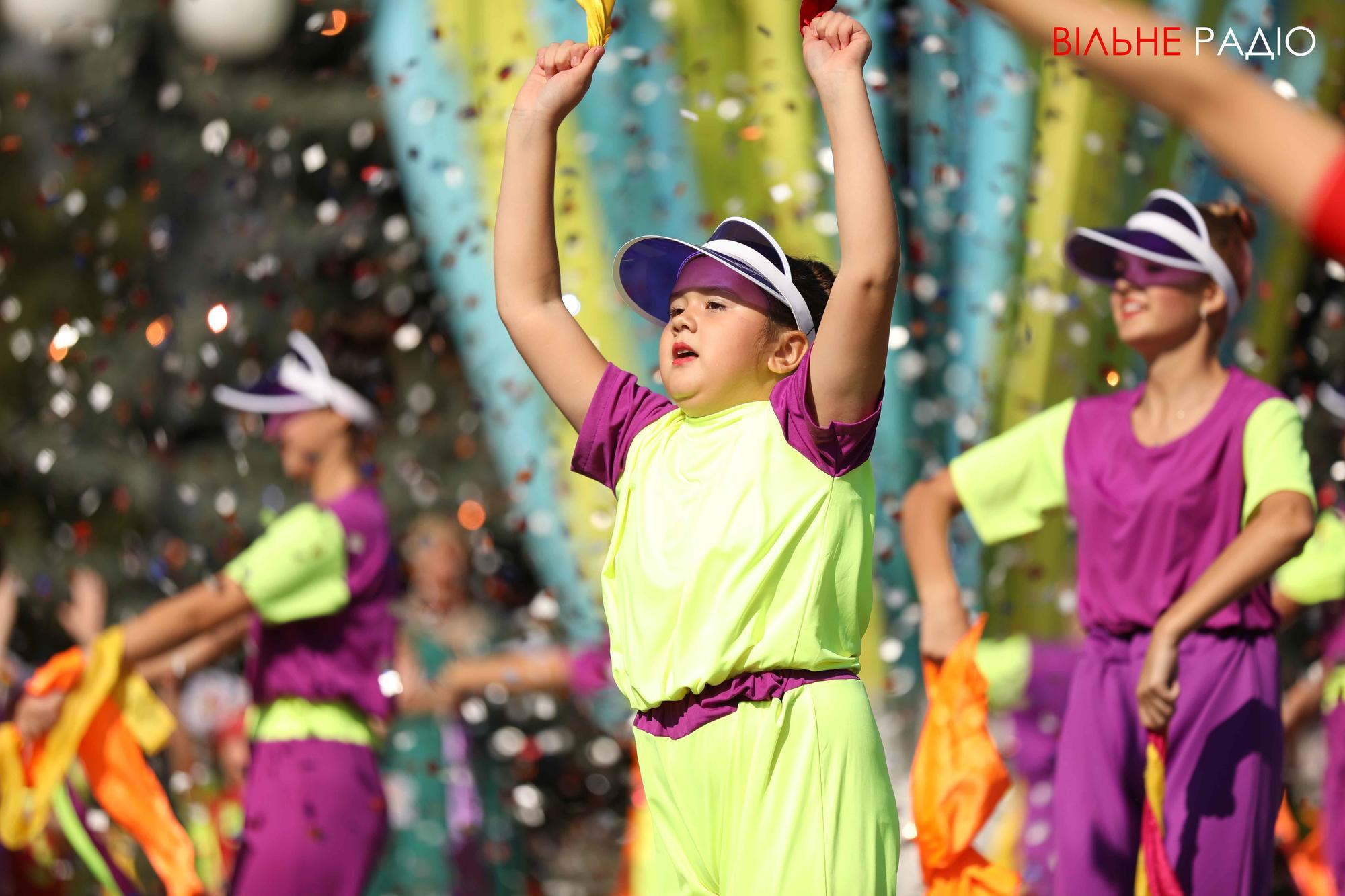 нарядные дети танцуют на День города в Бахмуте
