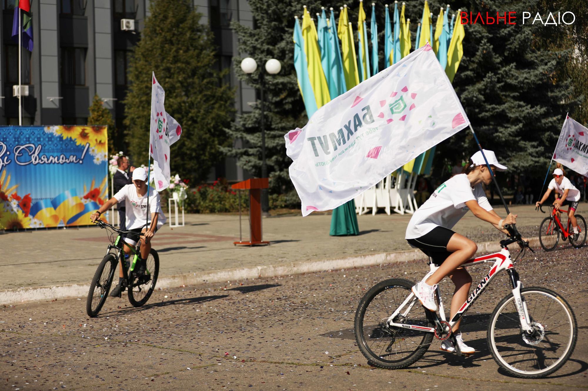 велосипедисты с флагами на дне города в Бахмуте
