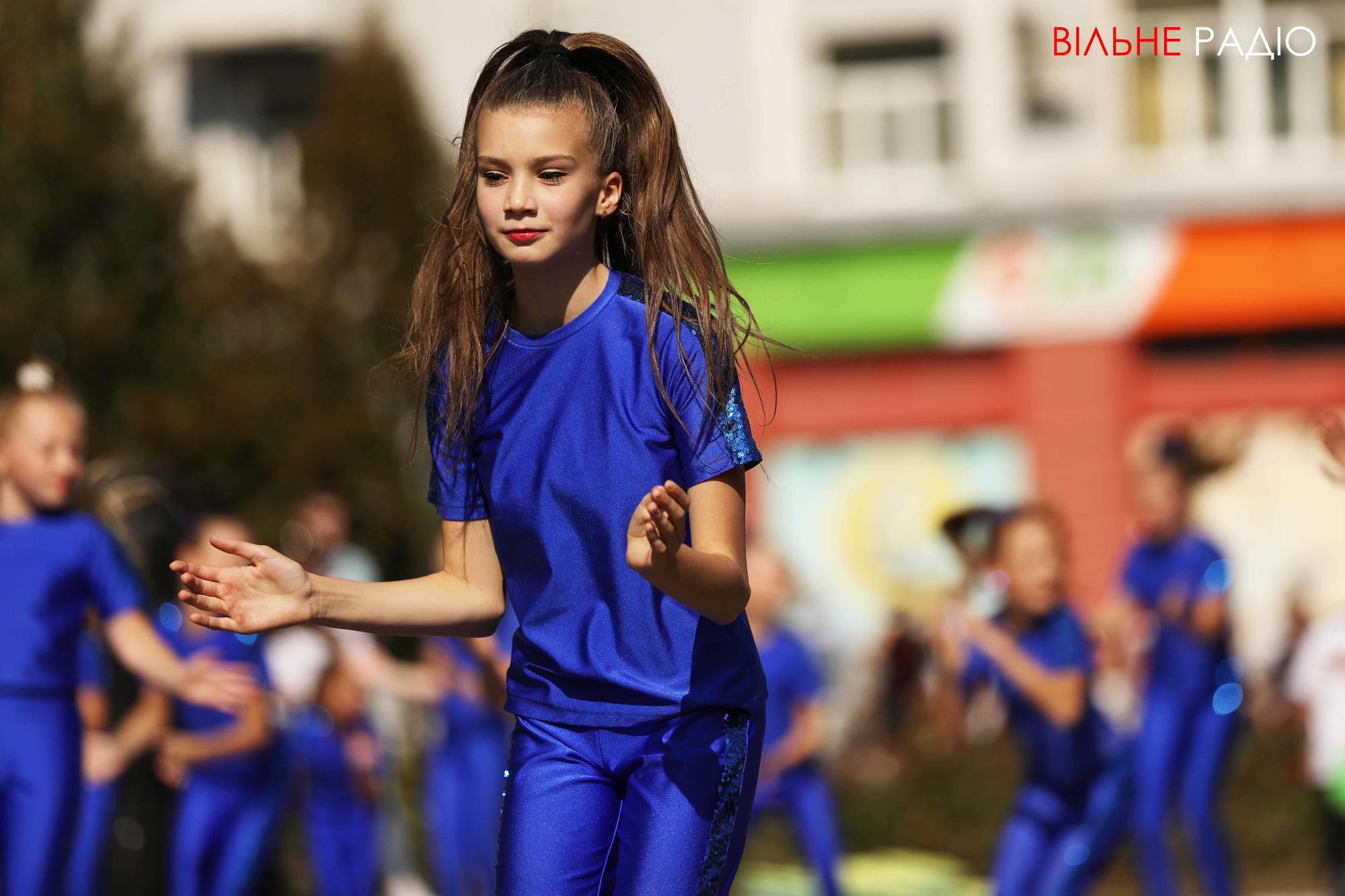 подростки танцуют на день города в Бахмуте