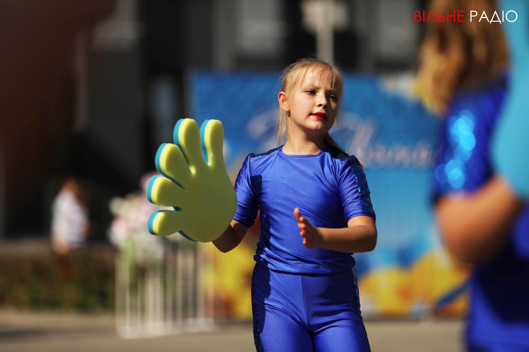 діти в костюмах на День міста в Бахмуті
