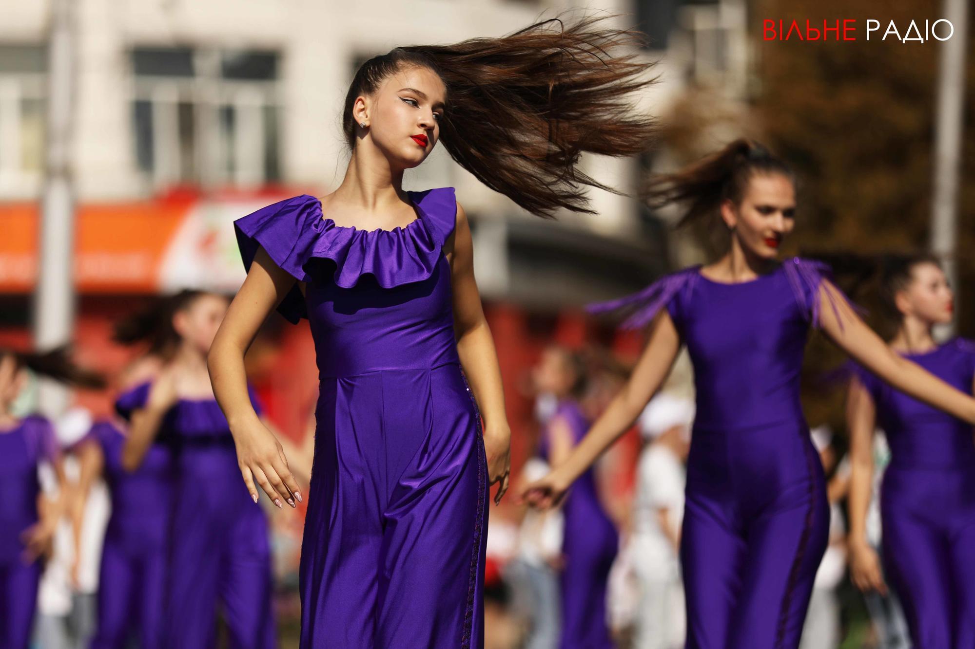 девушки танцуют в центре Бахмута на день города