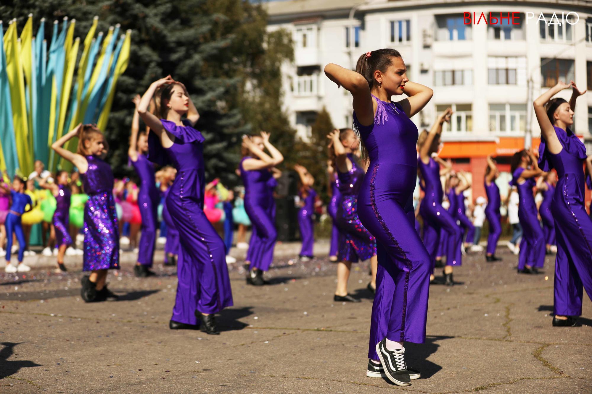 дівчата танцюють на вулиці на День міста в Бахмуті