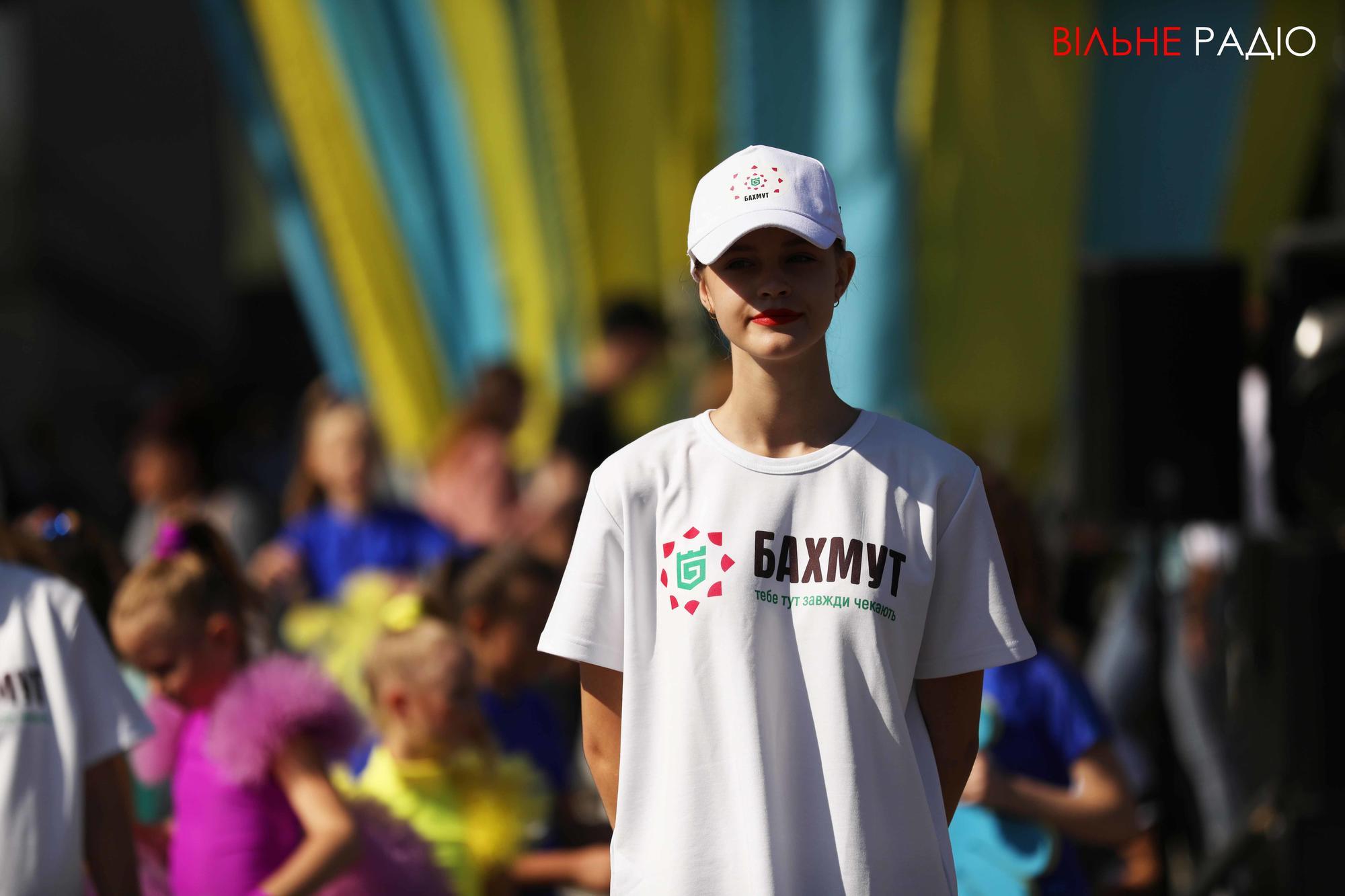 бахмутянка мешканка Бахмута у футболці з символом міста Бахмут