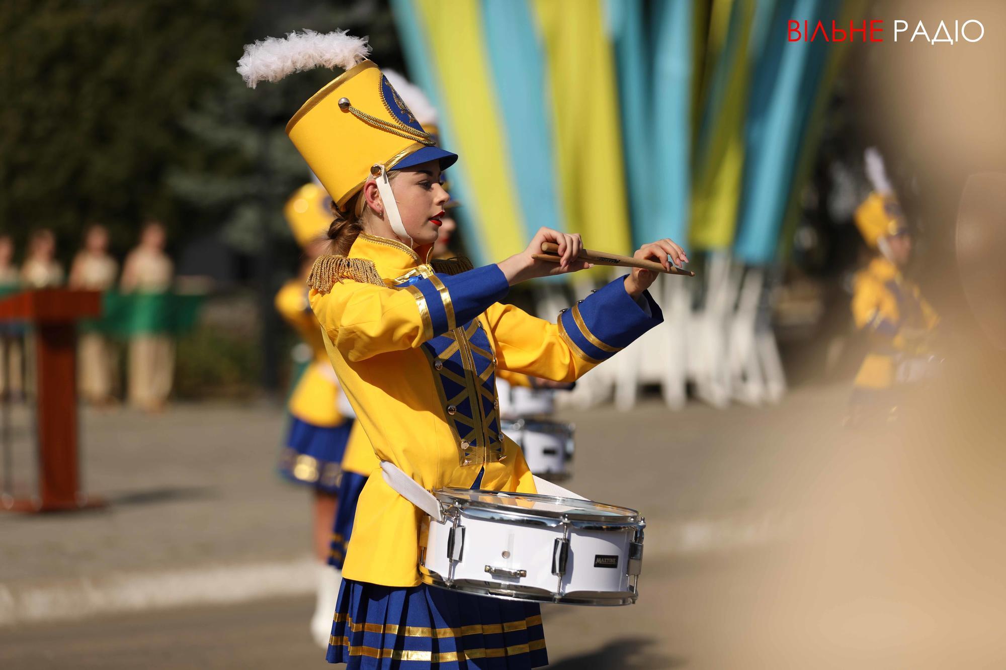 українські барабанщиці в національних кольорах День міста в Бахмуті