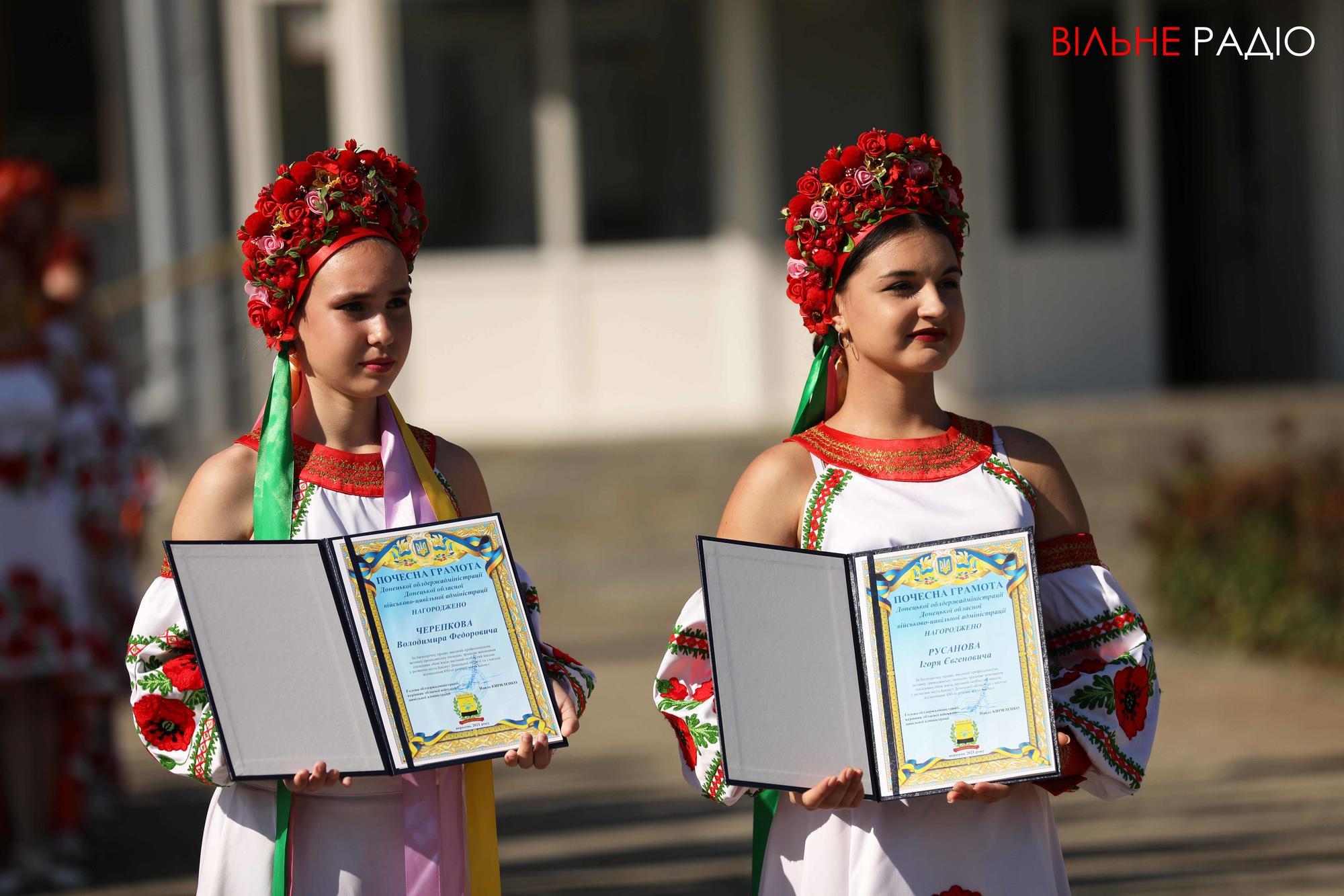 девушки в национальных украинских костюмах на день города в Бахмуте