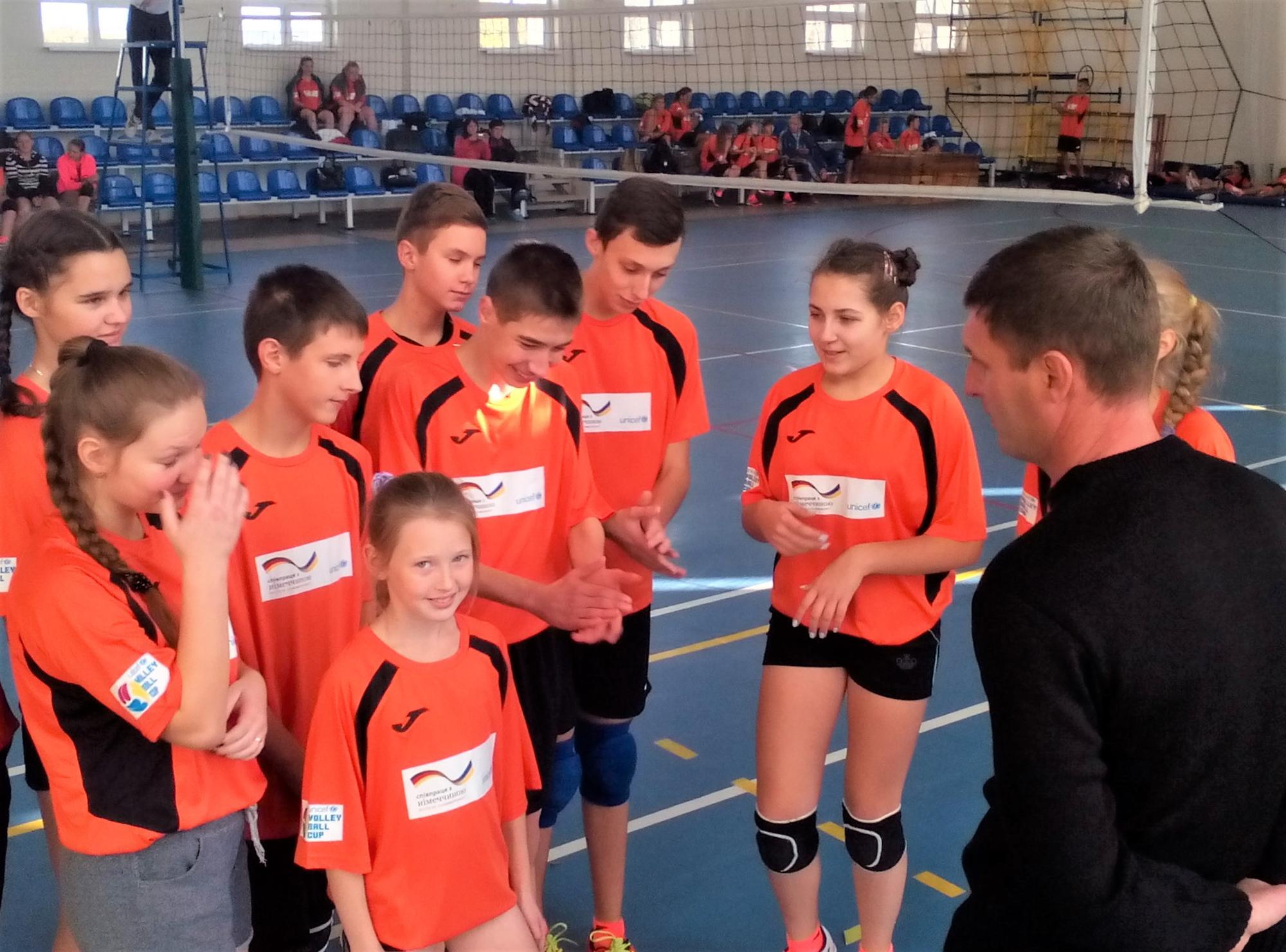 змагання з волейболу у спортзалі на Донеччині