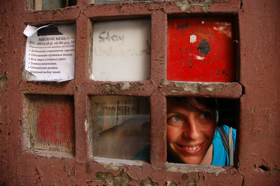 Ясмин Зёнер в окне девушка