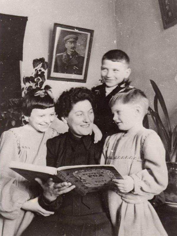 Паша Ангелина с детьми