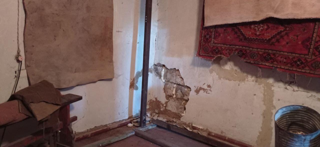 дом с трещинами вследствие затопления шахт в Золотом