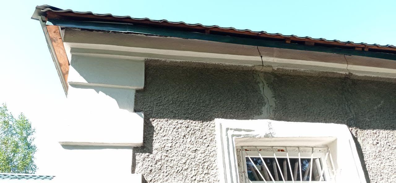 трещины на здании школы в Золотом