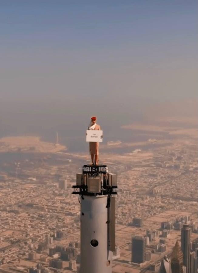 Заради реклами авіакомпанії Emirates стюардесу підняли на найвищу будівлю світу в Дубаї