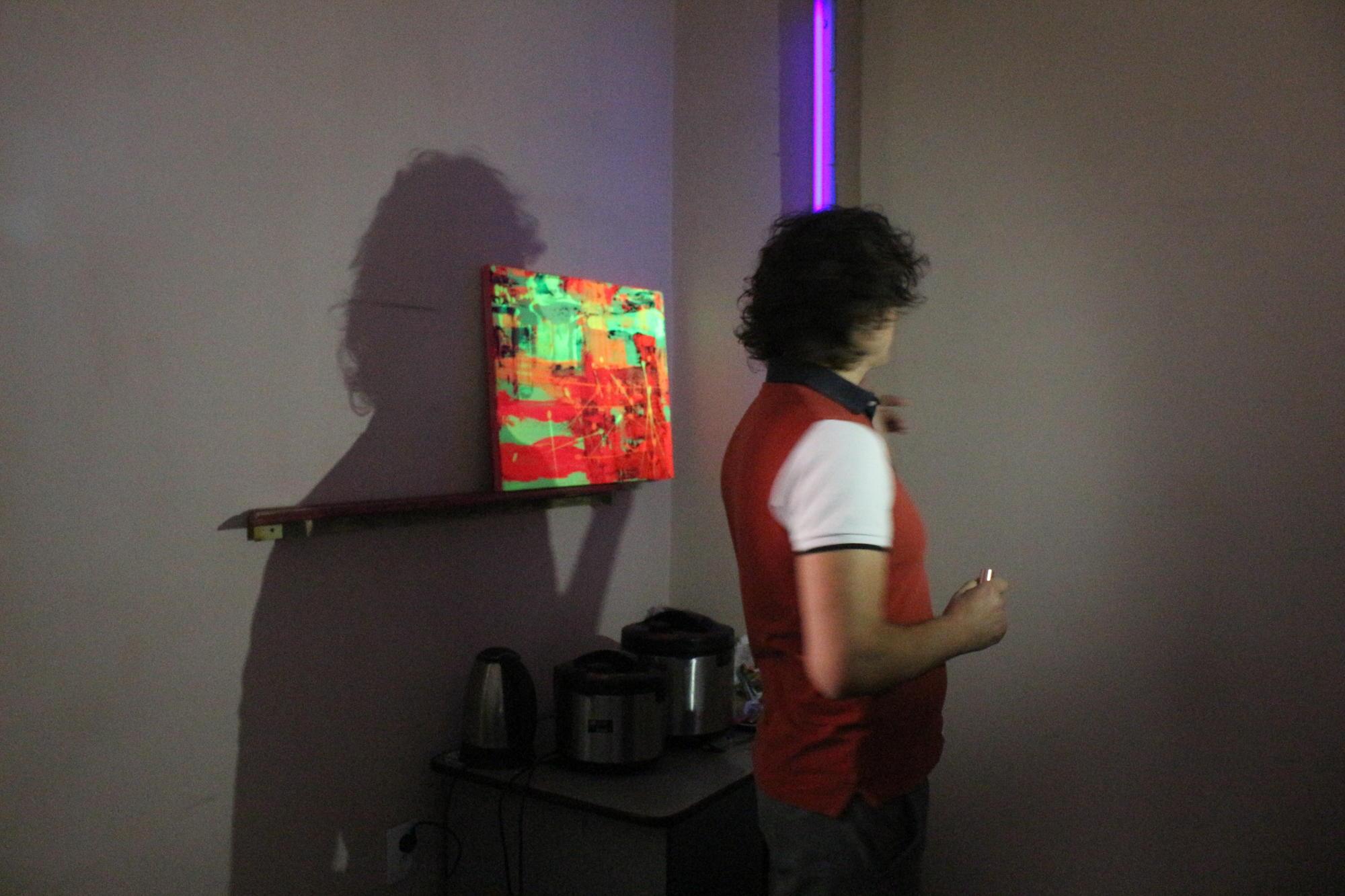 підсвітка картин люмінісцентною лампою Дмитро Адушкін на резиденції Тонка червона лінія в Бахмуті