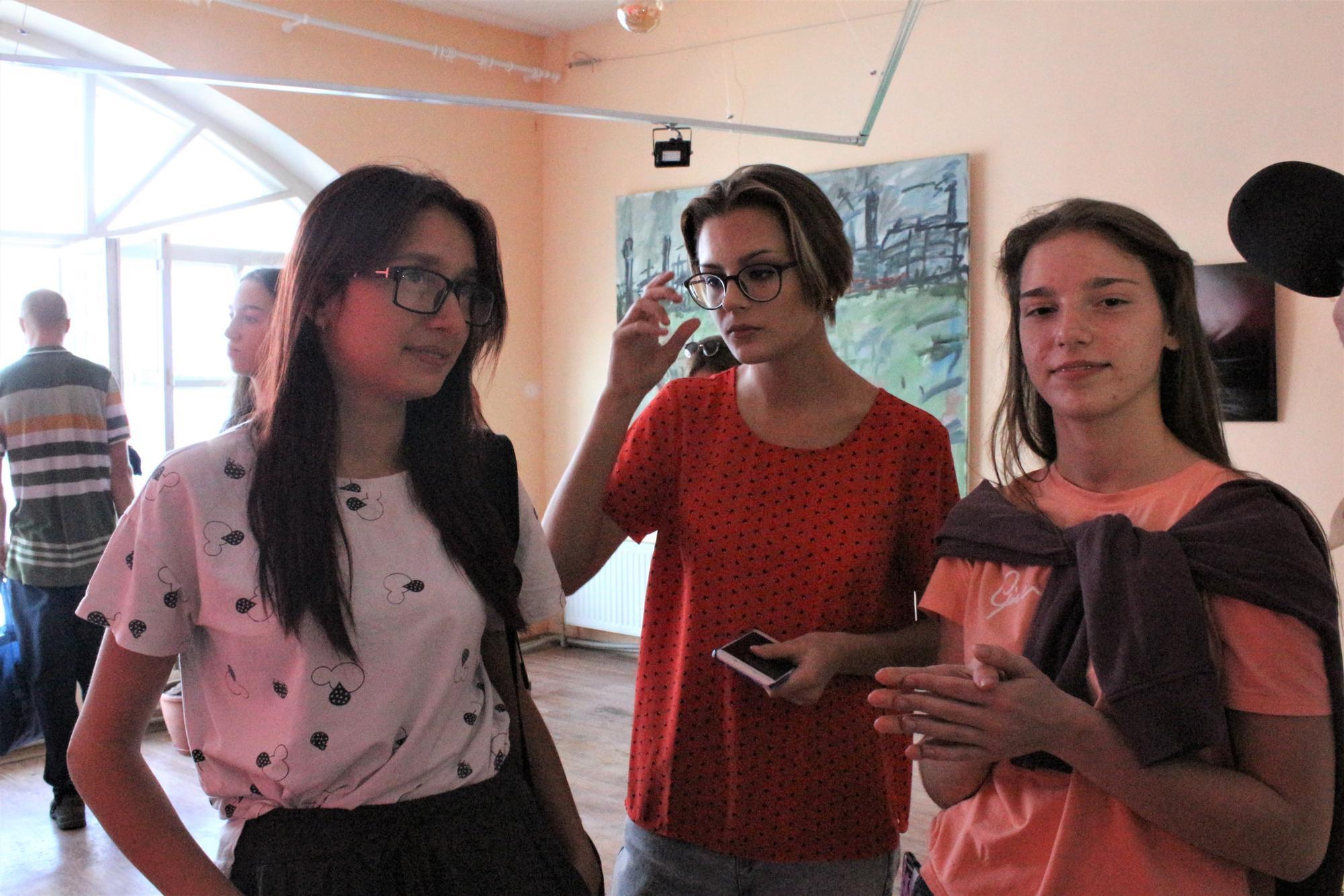 студентки бахмутського коледжу на виставці Тонка червона лінія у Бахмуті