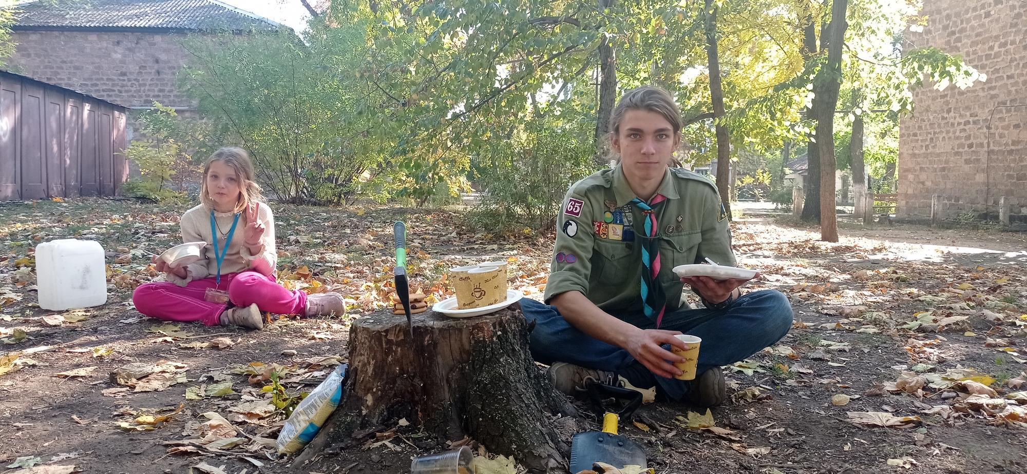 пластуни з Краматорська їдять куліш