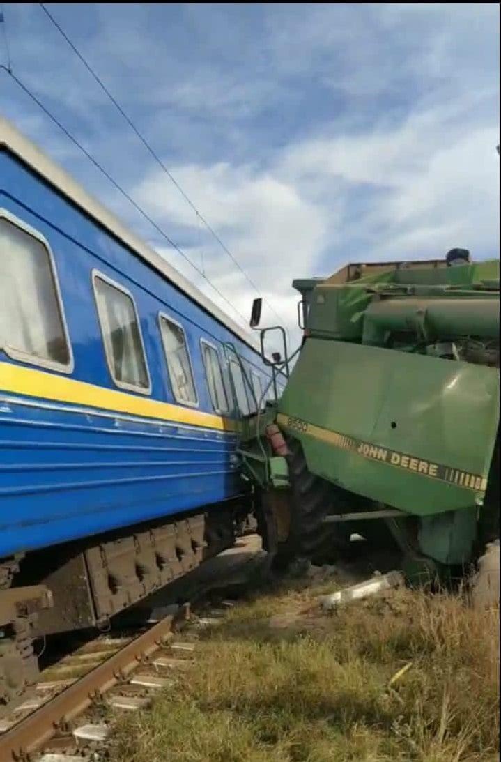 В потяг Бахмут - Львів врізався комбайн