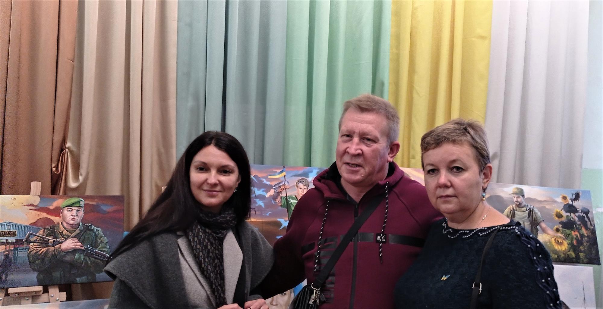 Сталіна Чубенко біля портрета Степану Чубенко
