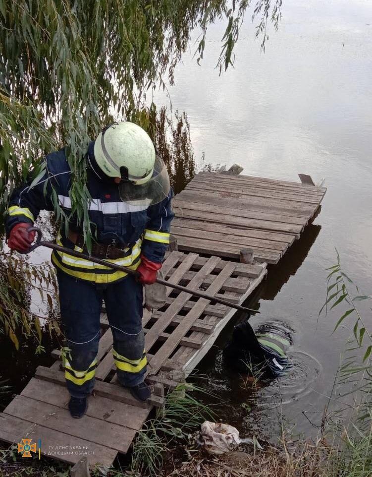 рятувальник ДСНС біля води