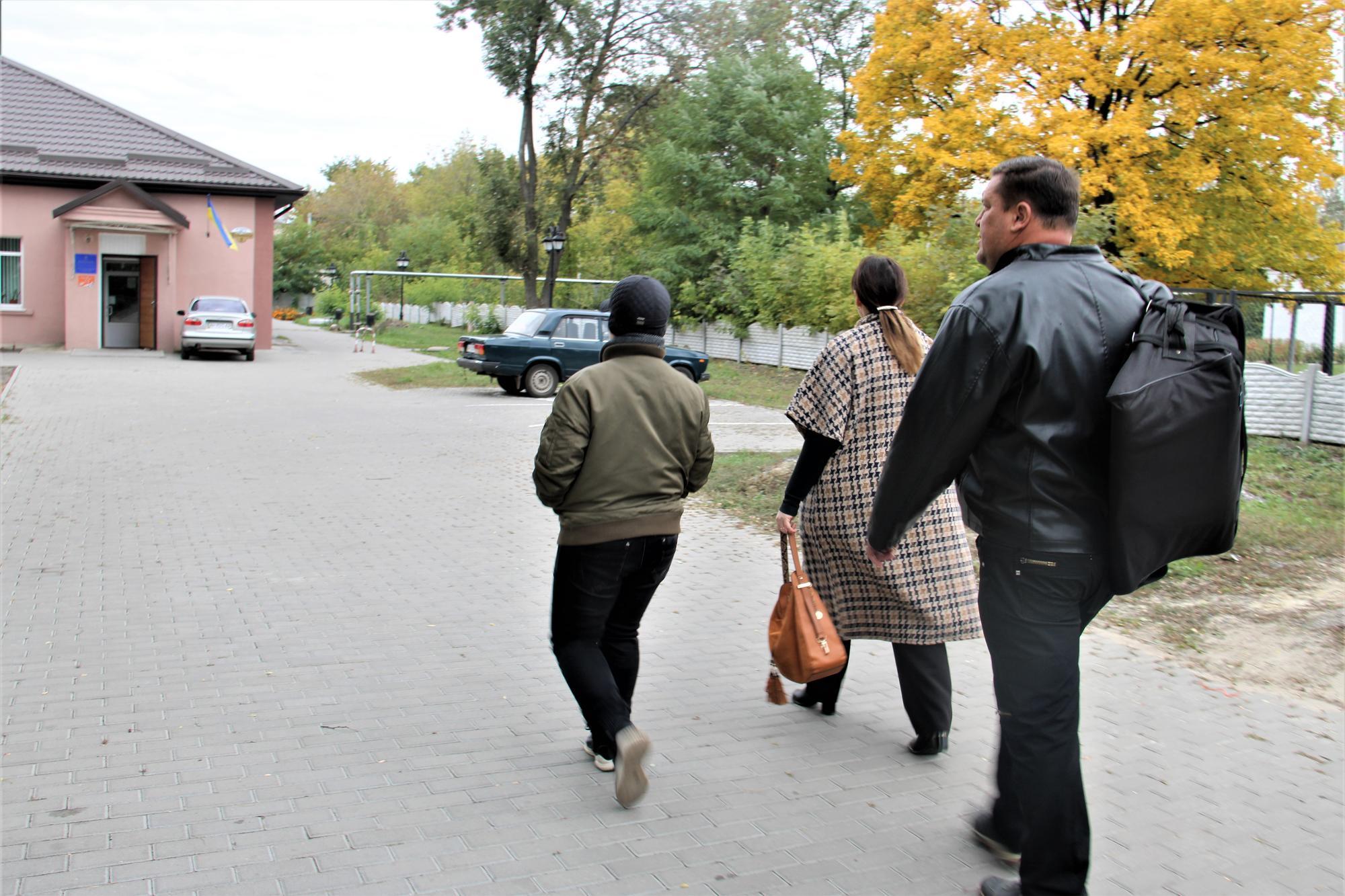Іван Гомольський біля школи мистецтв у Часів Ярі
