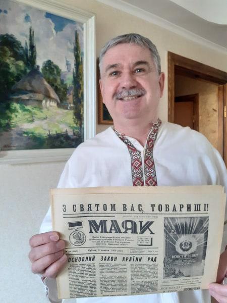 Ігор Зоц з примірником газети Маяк